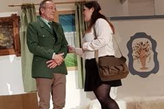 Währenddessen treffen sich heimlich die brave Lehrerin und der preußische Polizist...